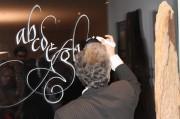 Live-Kalligrafie von Johann Maierhofer an unsere Instituts-Fenster